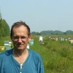 Пчеловод Старчевский Андрей на фоне пасеки