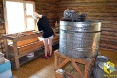 Света распечатывает рамки с медом и ставит их в медогонку