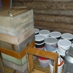 Мёд откачиваем во фляги, а затем переливаем в ведра
