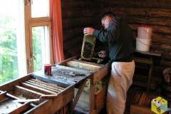 Пчеловод Старчевский Андрей за работой