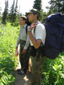 Дмитрий Сидоров (слева) нашел новый вид пчелы во время экспедиции