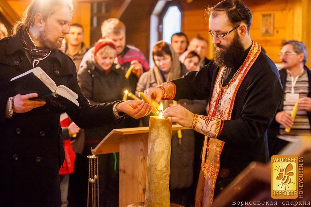 Поджигают освещенную 16 килограммовую свечу