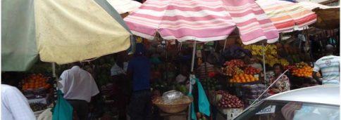 Фото 21. Вдоль дорог - непрерывная череда лавочек, прилавков, на которых представлено все, чем богата Уганда