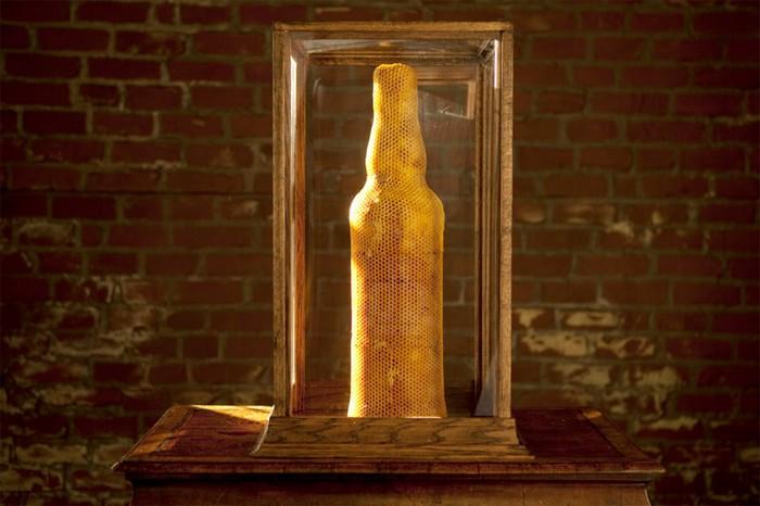 Пчелиное гнездо в виде бутылки виски от компании Dewar's Whisky