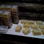 Нарезаем сотовый мёд