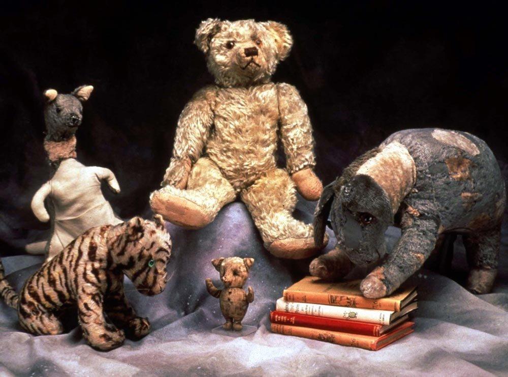 Подлинные игрушки Кристофера Робина: Тигра, Кенга, Пух, Иа-Иа и Пятачок.