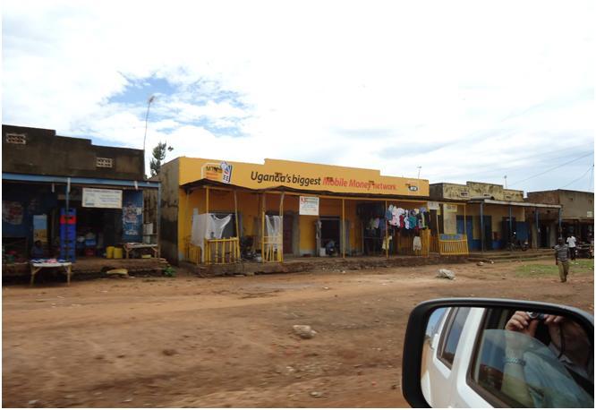 Фото 22. Вдоль дорог - непрерывная череда лавочек, прилавков, на которых представлено все, чем богата Уганда