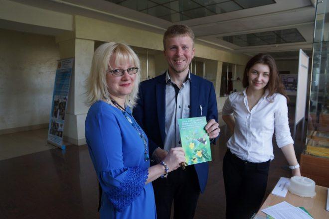 Авторы проекта «Шмелиная ферма»: Руслан Жуков и Юлия Решетова (справа)
